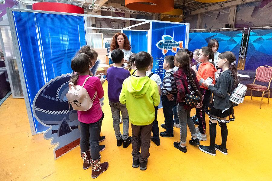 Анна Логунович и Анна Резвова встречают очередную группу школьников у входа на выставку